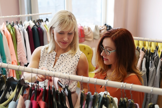 Le donne nel negozio di abbigliamento