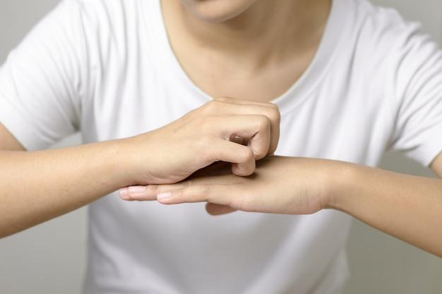Le donne prurito sulla pelle.