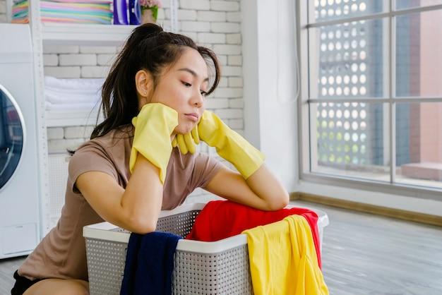Le donne puliscono la casa con vestiti e liquidi.