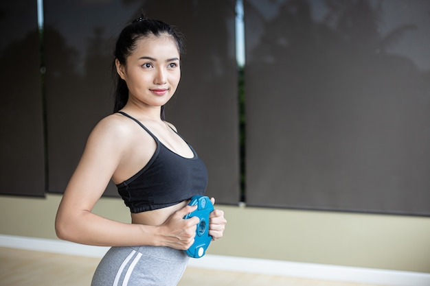Le donne si esercitano con pesi su manubri sull'addome.