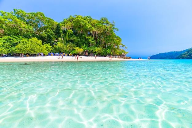 Le donne si godono l'aria fresca e l'acqua limpida nell'isola di similan, mare delle andamane, phuket, thailandia