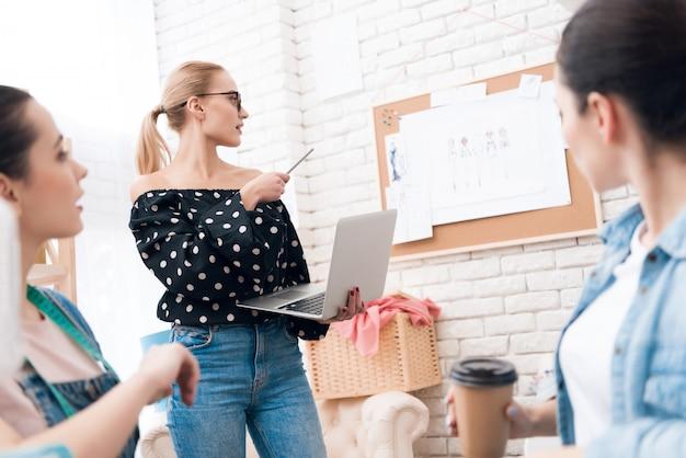 Le donne sono felici e alla moda nella stanza di lavoro.