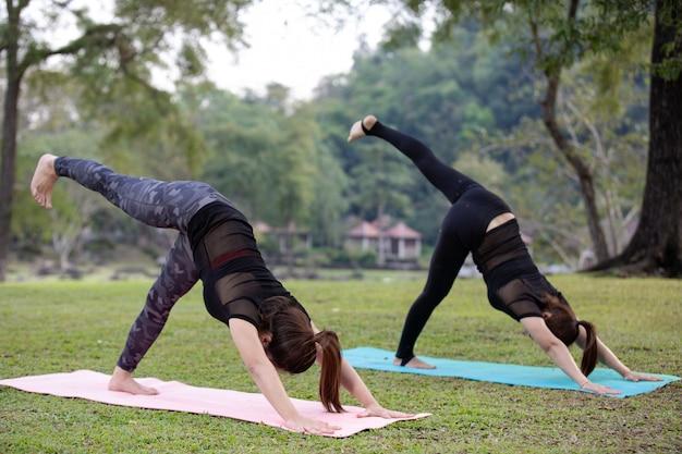 Le donne stanno giocando a yoga in palestra. l'esercizio.