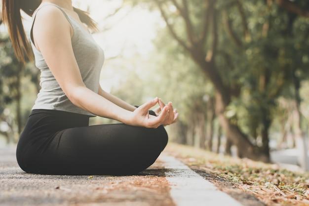 Le donne stanno meditando.