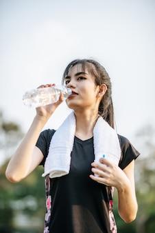 Le donne stanno per bere acqua dopo l'esercizio