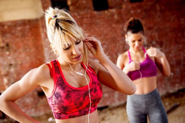 Le femmine attraenti ascoltano musica energia positiva prima del lavoro