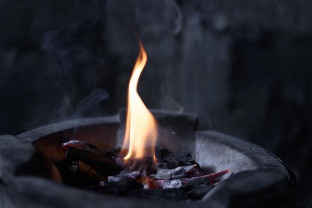 Le fiamme stanno bruciando nella fornace. fiamme ardenti brillano nella fornace.