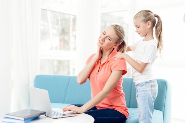 Le figlie non hanno abbastanza attenzione da parte della madre