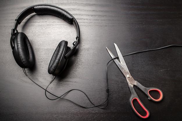 Le forbici tagliano il filo dalle cuffie e fermano così la rumorosa musica pirata illegale