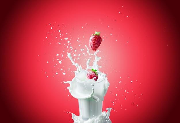 Le fragole cadono nel latte