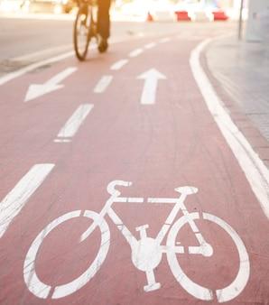 Le frecce direzionali e la bicicletta firmano sulla pista ciclabile
