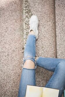 Le gambe della donna sui gradini
