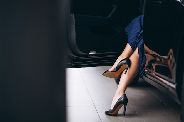 Le gambe femminili si chiudono in su dall'automobile