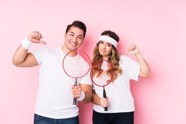 Le giovani coppie che giocano a badminton isolato si sentono orgogliose e sicure di sé, esempio da seguire.