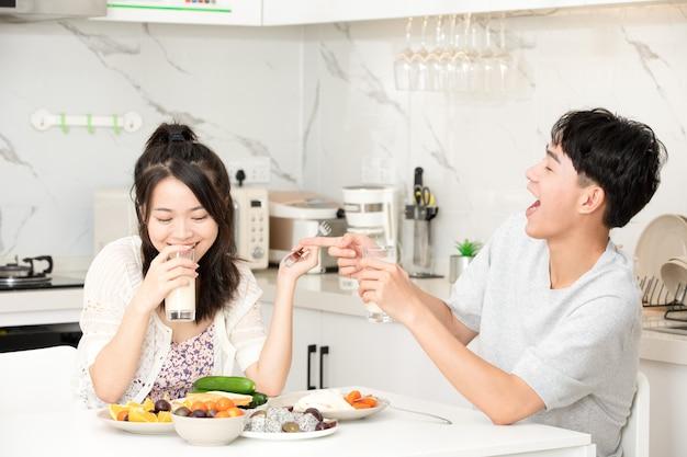 Le giovani coppie fanno colazione a casa