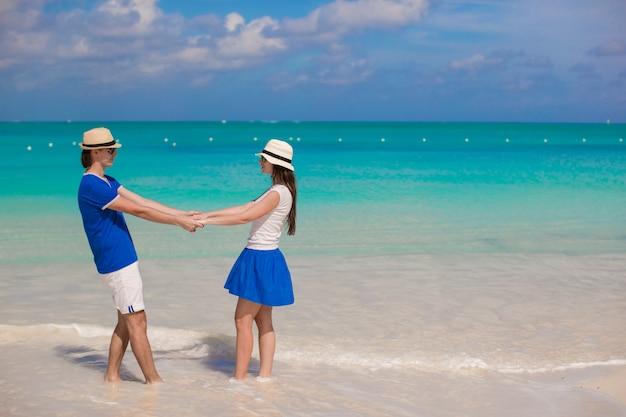Le giovani coppie felici si divertono sulle vacanze estive