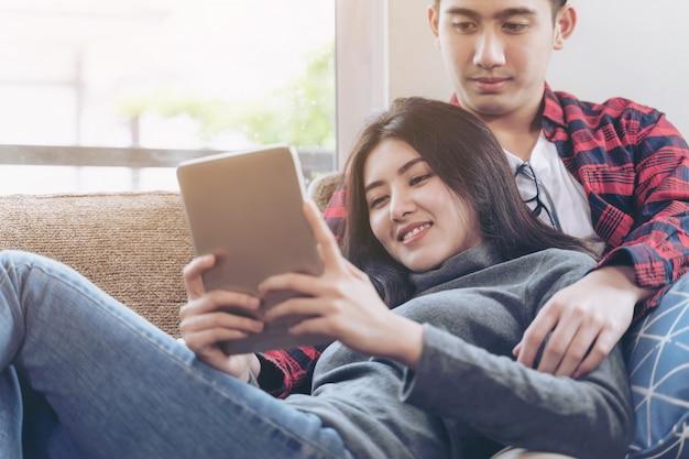 Le giovani coppie fortunatamente usano il grande smartphone a casa