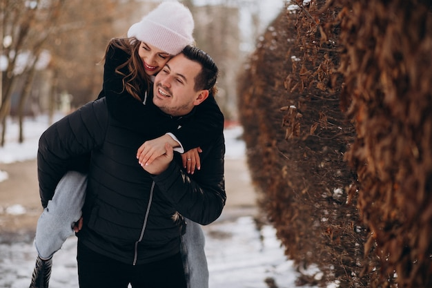 Le giovani coppie insieme in un inverno parcheggiano il giorno di biglietti di s. valentino