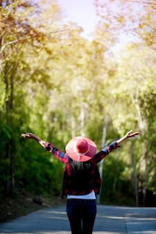 Le giovani donne amano e si innamorano della bellezza della natura. e guardare avanti felicemente, con un gesto del concetto di amore della foresta