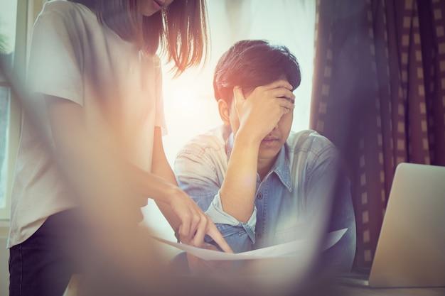 Le giovani donne rimpiangono i dipendenti che lavorano in ritardo sul lavoro, causando danni. il concetto di puntualità lo rende professionale.