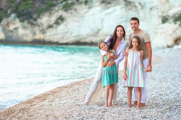 Le giovani famiglie in vacanza si divertono molto