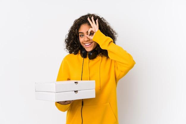 Le giovani pizze afroamericane della tenuta della donna dello studente hanno eccitato mantenendo il gesto giusto sull'occhio.