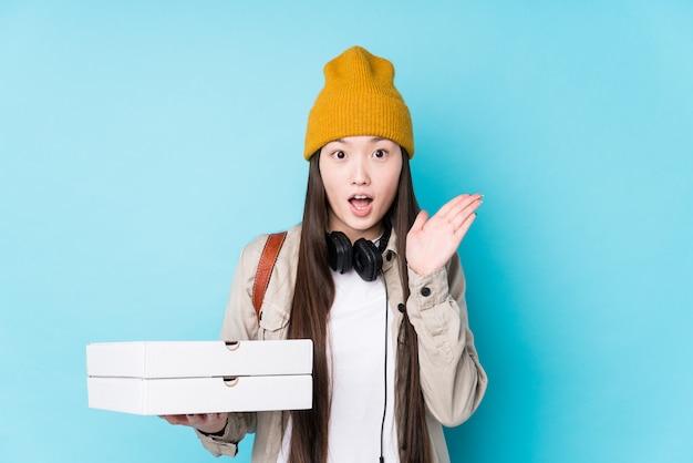 Le giovani pizze cinesi della tenuta della donna hanno isolato sorpreso e colpito.