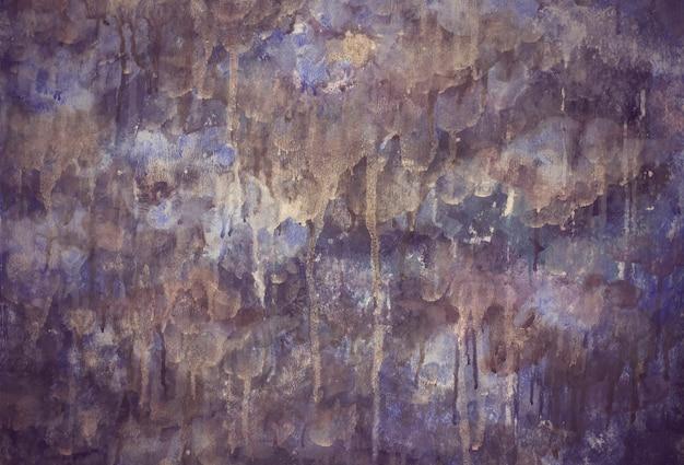 Le gocce di colore lilla porpora drenano la struttura dipinta del fondo