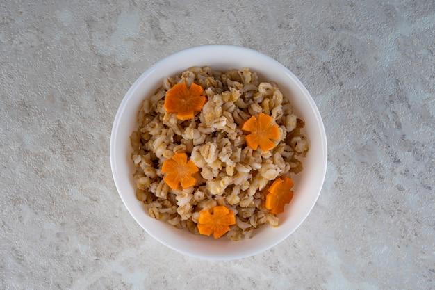 Le graniglie di farro nei cereali sono un prodotto dietetico naturale che si prende cura di un'alimentazione sana.