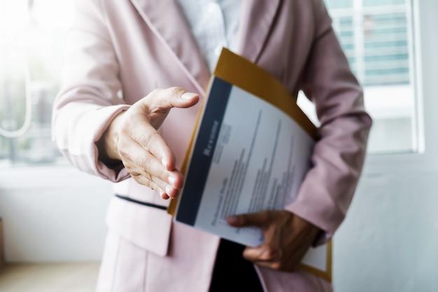 Le imprese trovano lavoro e intervistano il lavoro. aprire la stretta di mano e riprendere l'intervista o l'accettazione del lavoro.