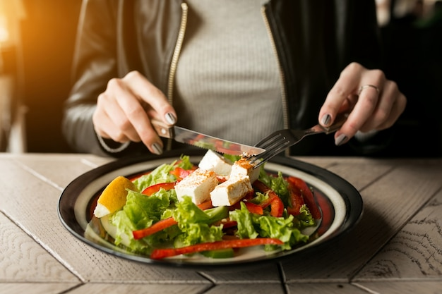 Le insalate di pranzo delle donne mangiare moderno