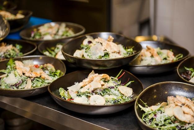 Le insalate sane deliziose si chiudono su