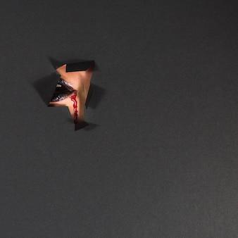 Le labbra del vampiro dietro lacrima in carta