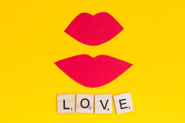 Le labbra rosa baciano con amore di frase su fondo luminoso