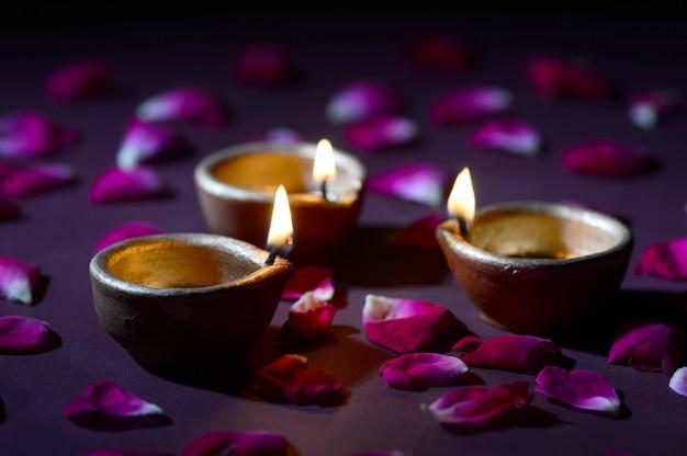 Le lampade di diya dell'argilla si sono accese durante la celebrazione di diwali. biglietto d'auguri design indian hindu light festival chiamato diwali