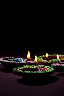 Le lampade di diya dell'argilla si sono accese durante la celebrazione di diwali. biglietto d'auguri indian hindu light festival chiamato diwali