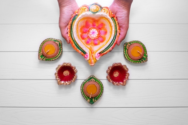Le lampade felici di diwali clay diya si sono accese durante il dipavali, festival indù della celebrazione delle luci