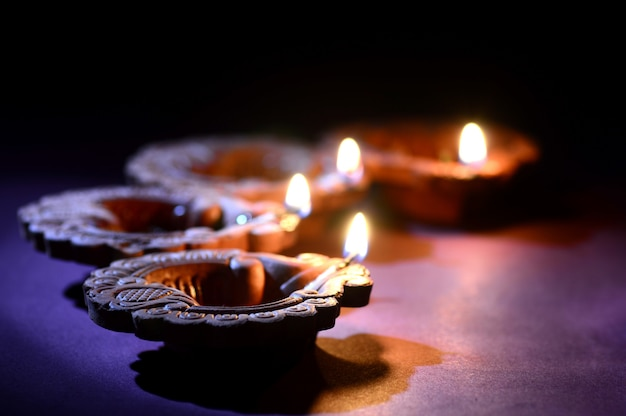 Le lampade variopinte di diya (lanterna) dell'argilla si sono accese durante la celebrazione di diwali. biglietto d'auguri design indian hindu light festival chiamato diwali.