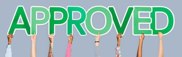 Le lettere verdi che formano la parola approvate