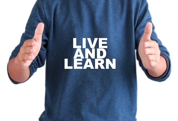 Le mani degli uomini con testo vivono e imparano