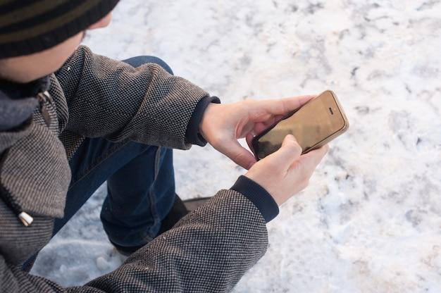 Le mani degli uomini tengono il telefono