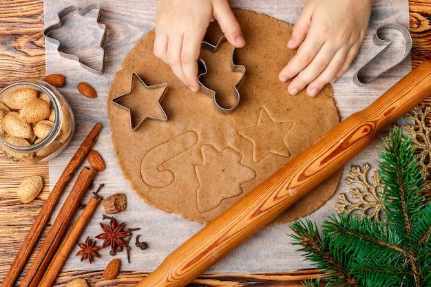Le mani del bambino producono il tradizionale pan di zenzero
