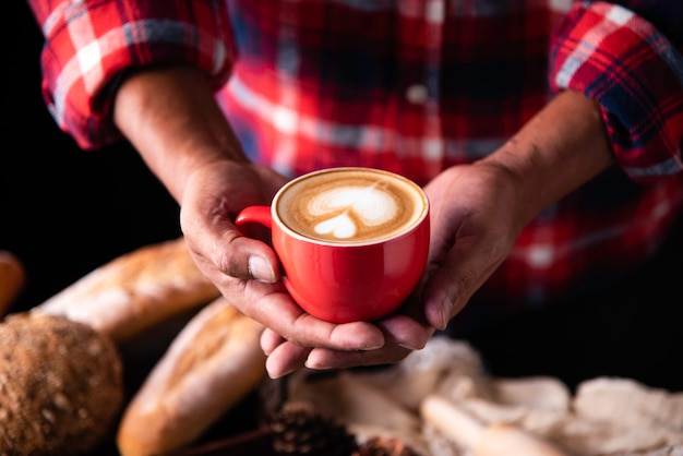 Le mani del barista stanno offrendo caffè ai clienti.