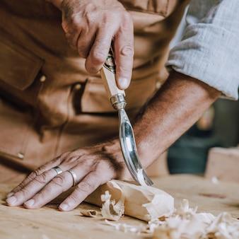 Le mani del carpentiere usano il chiesel