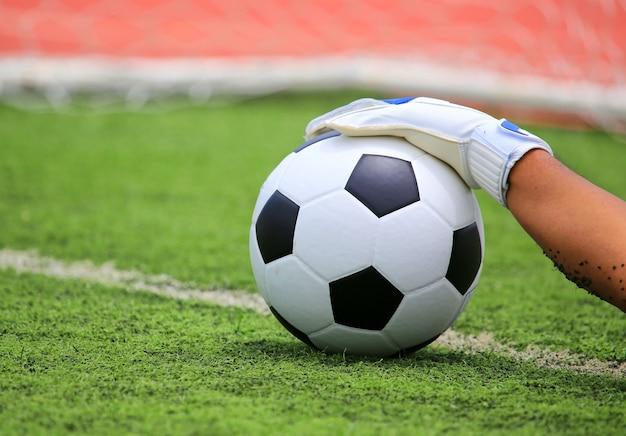 Le mani del portiere di calcio che raggiungono per la palla