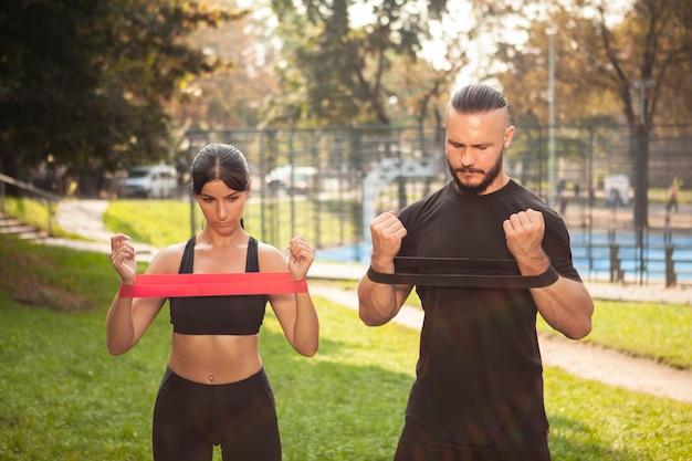Le mani dell'elastico si esercitano con gli amici sportivi