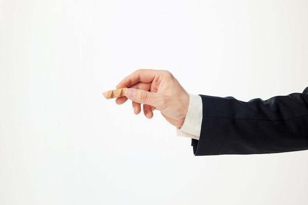 Le mani dell'uomo che tengono puzzle di legno.