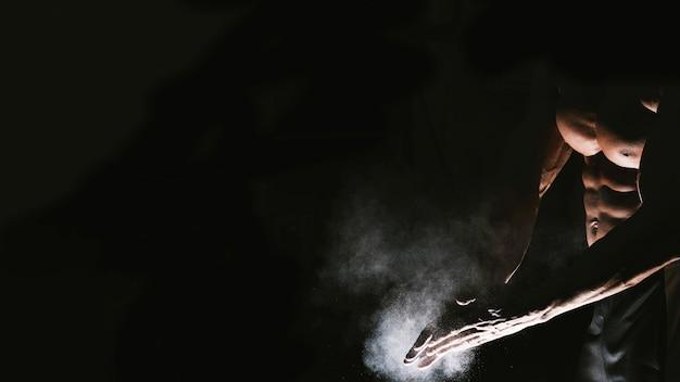 Le mani dell'uomo con polvere di talco