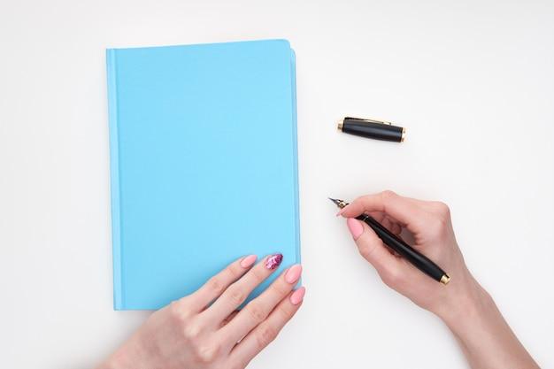 Le mani della donna che scrivono le note in diery