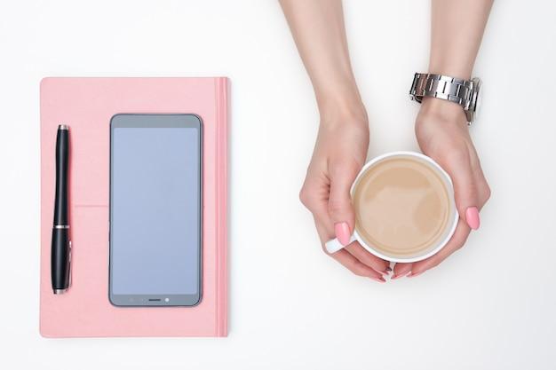 Le mani della donna che tengono tazza di latte